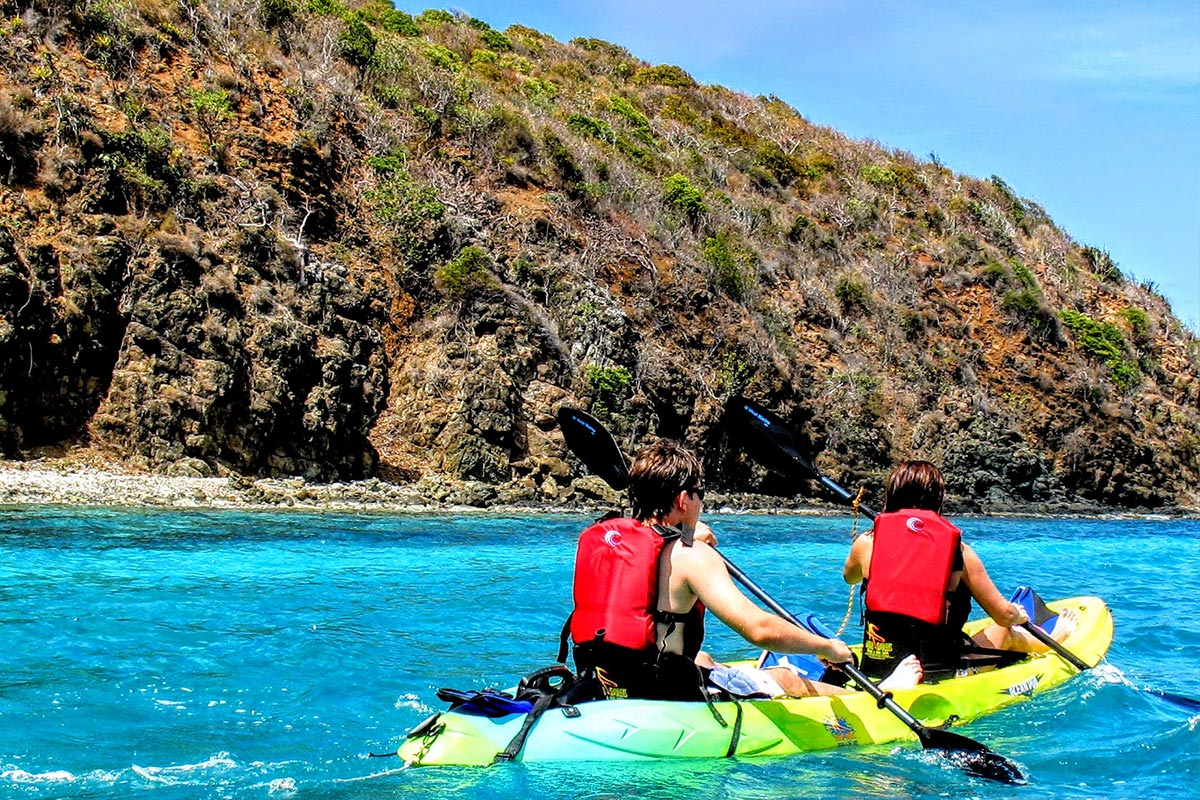 Man and woman kayaking during a snorkeling in culebra day trip